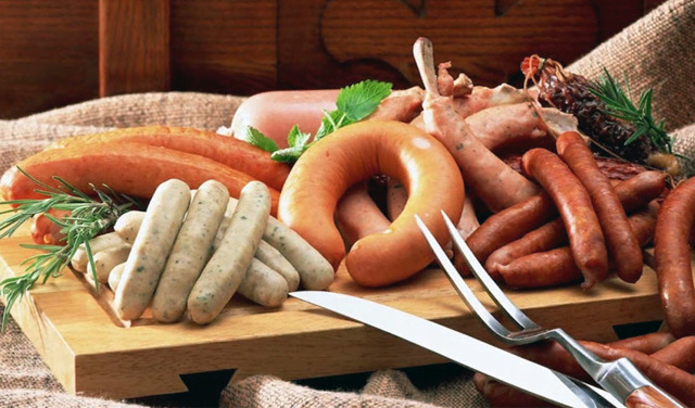 Срок годности сосисок по ГОСТу: сколько хранятся в холодильнике, можно ли заморозить, что тогда будет с продуктом?