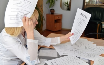 Жалоба на врача поликлиники и больницы из-за медицинского обслуживания: куда, кроме департамента Министерства здравоохранения, обратиться, как писать и образец